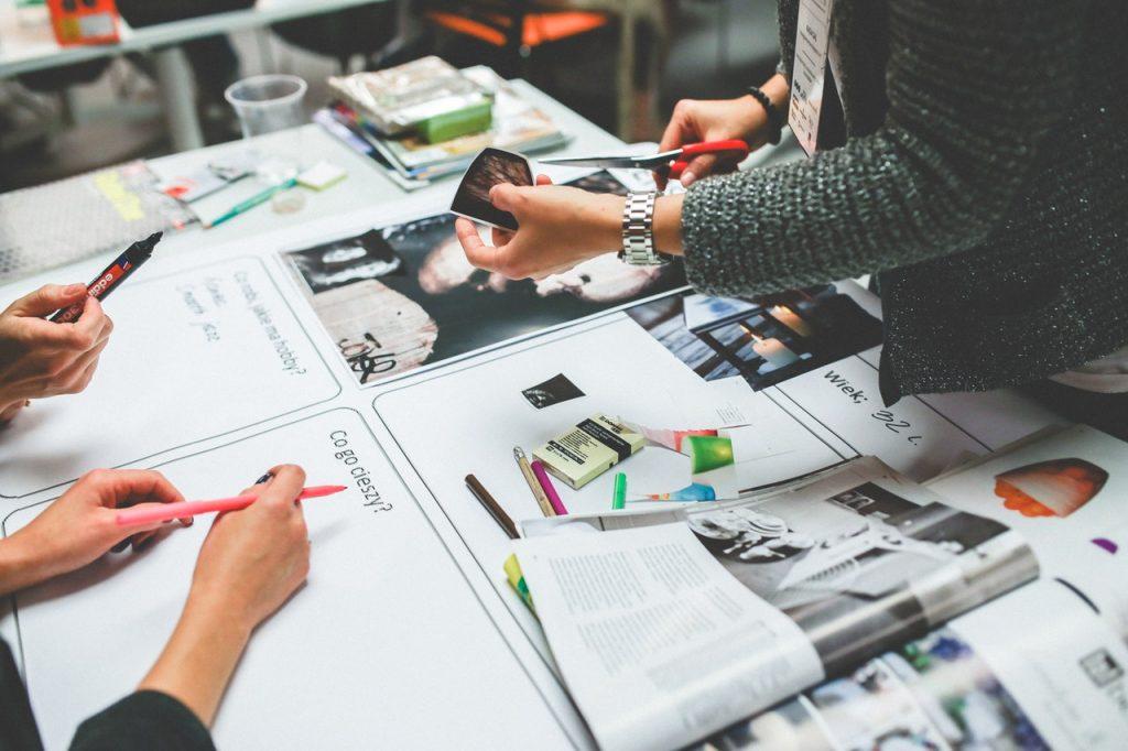 Recherche créative en équipe, réunion, brainstorming